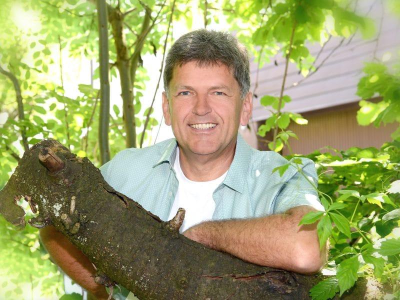 Manfred Kiefer am Baum im Garten